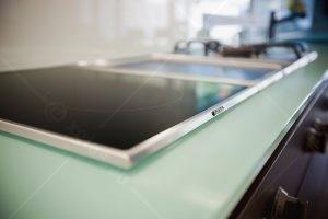 Detaliu de montare electrocasnice in blat din sticlă pentru mobilă bucătărie Casa H 01