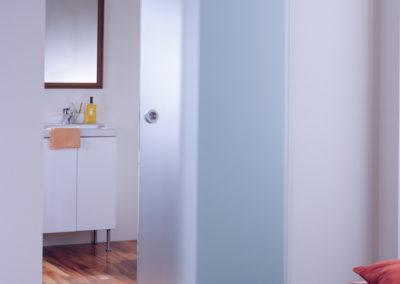Ușă din sticlă glisantă cu feronerie Dorma MUTO DRM 02