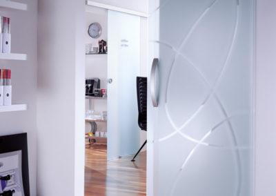Ușă din sticlă glisantă cu feronerie Dorma MUTO DRM 01