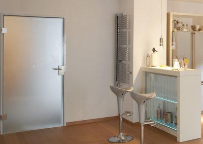 Ușă din sticlă cu inchidere pe toc aluminiu cu feronerie Dorma DRM 02