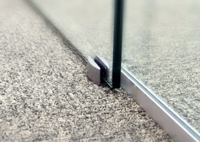 Detaliu ghidaj de pardoseală pentru uși din sticlă glisante