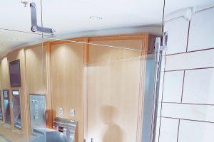 Ușă din sticlă batantă cu feronerie Dorma Manet DRM 02