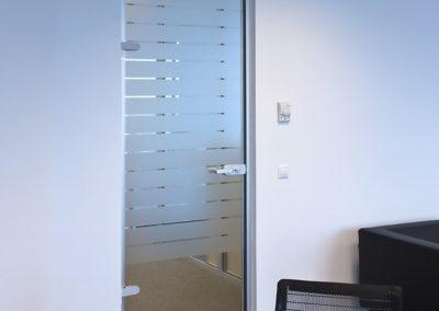 Uși din sticlă pentru compartimentări de birouri cu feronerie Dorma Studio Rondo AM 04
