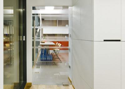 Ușă din sticla cu amortizor hidraulic în pardoseală și feronerie Dorma Universal FLX 03