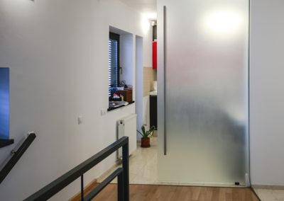 Ușă glisantă din sticlă cu feronerie Dorma RS 120 cu capac mascare Casa G 04