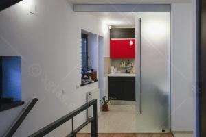 Ușă glisantă din sticlă cu feronerie Dorma RS 120 cu capac mascare Casa G 03