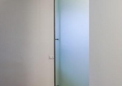 Ușă glisantă din sticlă cu feronerie Dorma RS 120 cu capac mascare Casa G 02