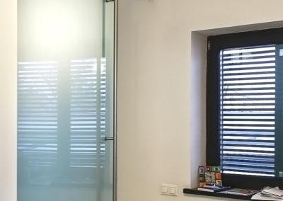 Ușă glisantă din sticlă cu feronerie Dorma RS 120 cu capac mascare Casa G 01