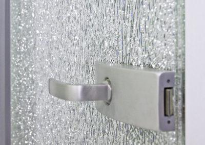 Ușă din sticlă cu închidere pe toc aluminiu cu feronerie Dorma Arcos Studio LM EV1 05
