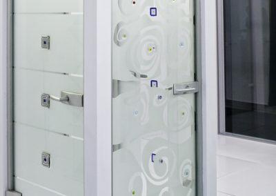 Ușă din sticlă cu închidere pe toc aluminiu cu feronerie Dorma Arcos Studio LM EV1 04