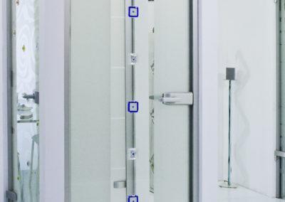 Ușă din sticlă cu închidere pe toc aluminiu cu feronerie Dorma Arcos Studio LM EV1 03