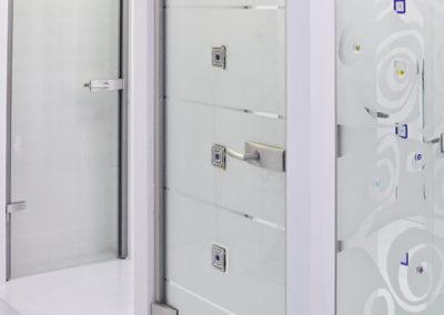 Ușă din sticlă cu închidere pe toc aluminiu cu feronerie Dorma Arcos Studio LM EV1 02