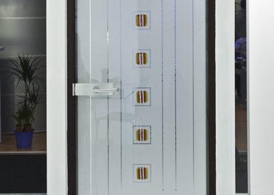 Ușă din sticlă cu închidere pe toc aluminiu cu feronerie Dorma Arcos Studio LM EV1 01