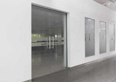 Uși din sticlă duble cu închidere pe toc aluminiu