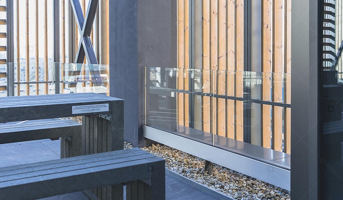 Balustradă din sticlă laminată și securizată EVOLAM T fixată în profil 05