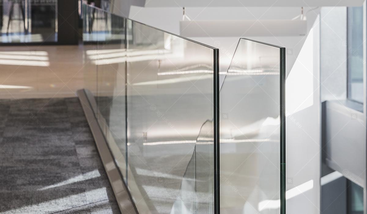 Balustradă din sticlă laminată și securizată EVOLAM T fixată în profil 18