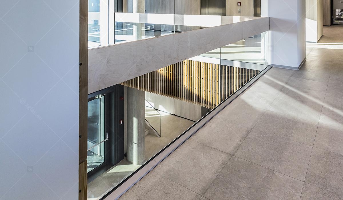 Balustradă din sticlă laminată și securizată EVOLAM T cu mână curentă din lemn fixată în profil 01