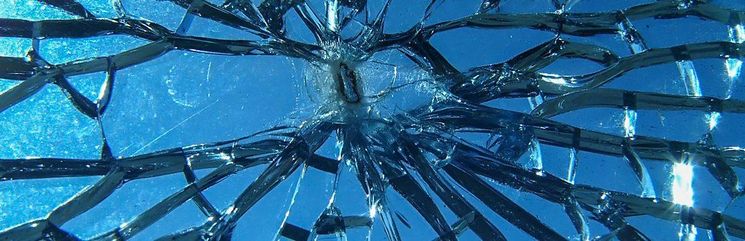 Spargerea spontană a sticlei securizate termic