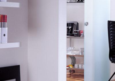 Ușă din sticlă glisantă cu feronerie Dorma MUTO DRM 12