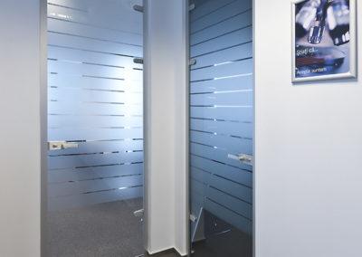 Uși din sticlă pentru compartimentări de birouri cu feronerie Dorma Studio Rondo AM 06