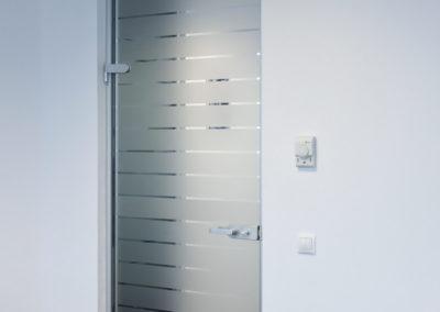 Uși din sticlă pentru compartimentări de birouri cu feronerie Dorma Studio Rondo AM 05