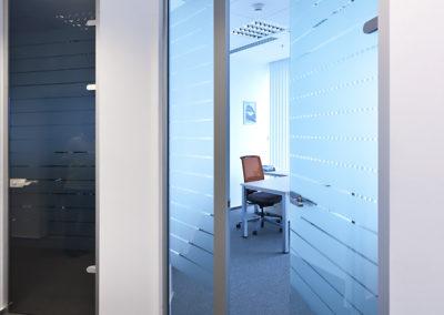 Uși din sticlă pentru compartimentări de birouri cu feronerie Dorma Studio Rondo AM 02