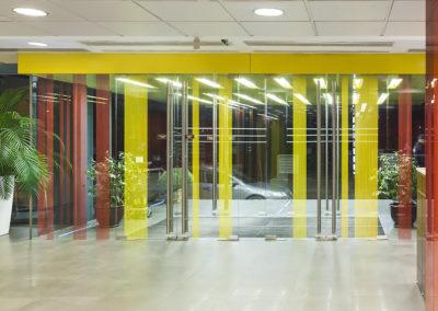 Uși din sticlă serigrafiate ceramic cu sistem de revenire in pardoseală și feronerie Dorma Arcos Universal CNT 04