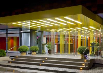 Uși din sticlă serigrafiate ceramic cu sistem de revenire in pardoseală și feronerie Dorma Arcos Universal CNT 03