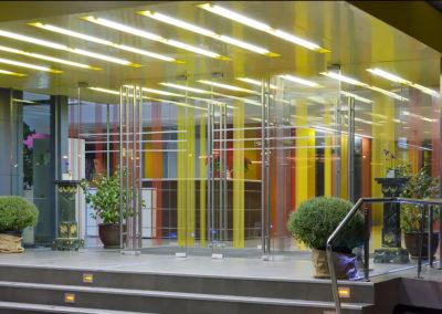 Uși din sticlă serigrafiate ceramic cu sistem de revenire in pardoseală și feronerie Dorma Arcos Universal CNT 02