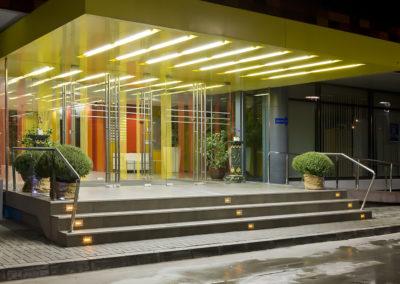 Uși din sticlă serigrafiate ceramic cu sistem de revenire in pardoseală și feronerie Dorma Arcos Universal CNT 01