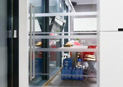 Ușă din sticla cu amortizor hidraulic în pardoseală și feronerie Dorma Universal FLX 02