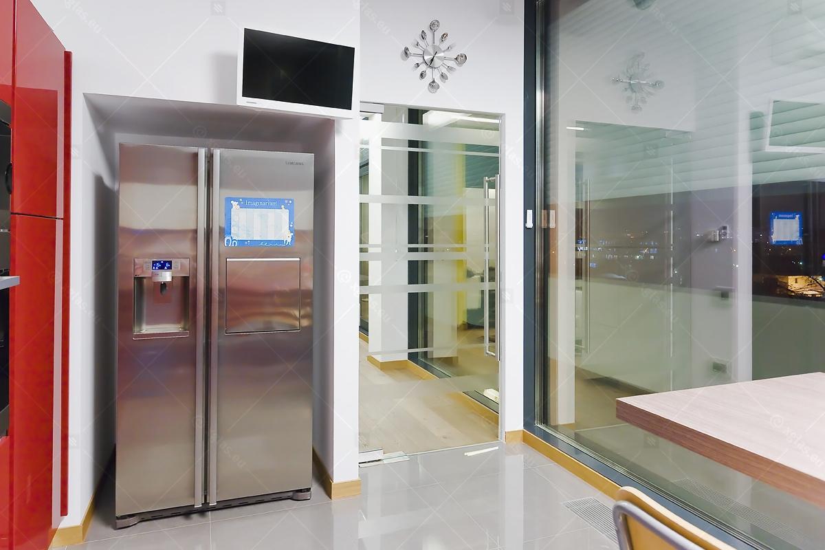 Ușă din sticla cu amortizor hidraulic în pardoseală și feronerie Dorma Universal FLX 01