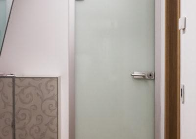 Ușă din sticlă cu prindere pe toc și feronerie aluminiu eloxat Dorma Arcos Studio 01