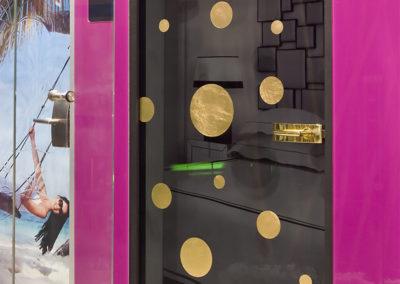 Ușă din sticlă cu prindere pe toc și feronerie aurie Dorma Arcos Studio 01