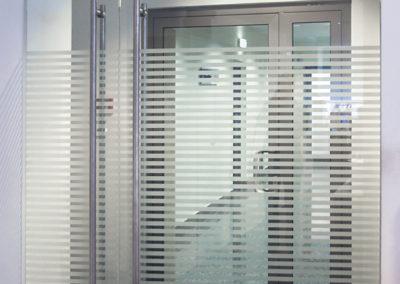 Ușă din sticlă cu amortizor în pardoselă și bandou inferior Dorma TP OPR 01