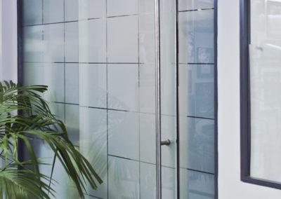Ușă glisantă din sticlă cu feronerie Dorma RS 120 fără capac mascare MERC 01