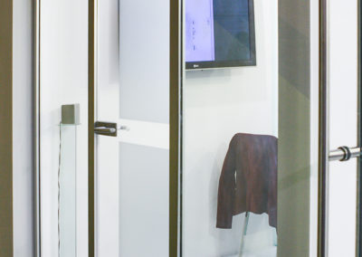 Ușă din sticlă cu închidere pe toc aluminiu cu feronerie Dorma Arcos Studio LM EV1 07
