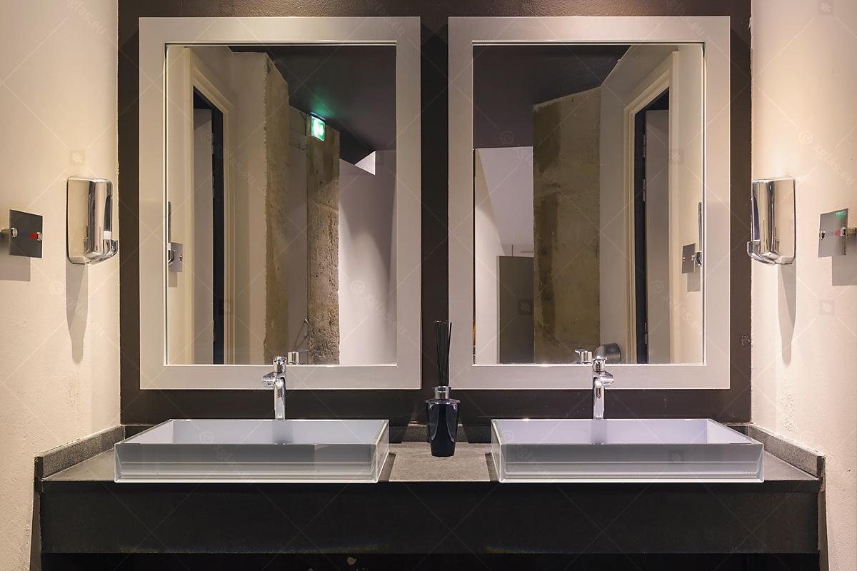 Lavoare din sticlă din EVOKERAM gri și oglinzi de perete LUsine front