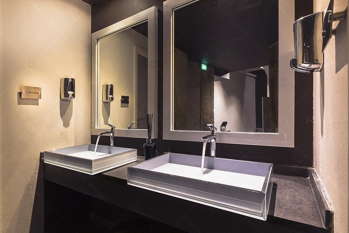 Lavoare din sticlă din EVOKERAM gri și oglinzi de perete LUsine lateral