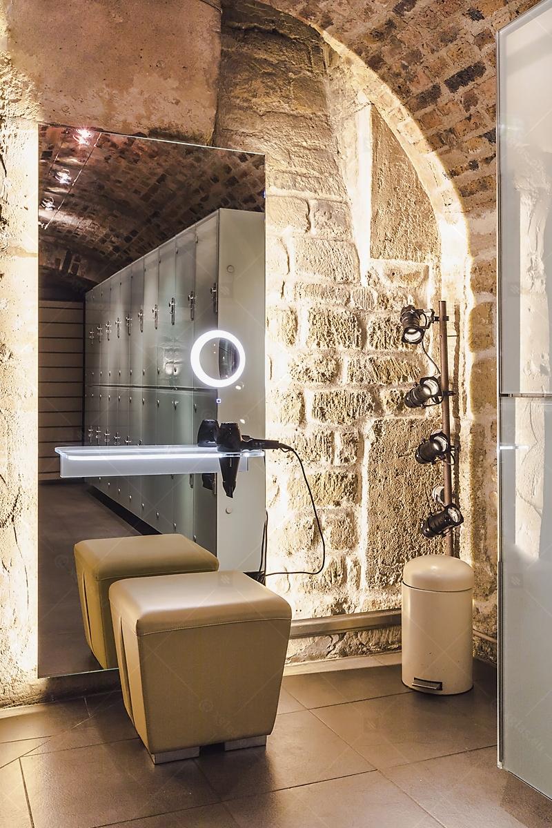Oglindă cu poliță iluminată LED cu suport de uscător de păr 08