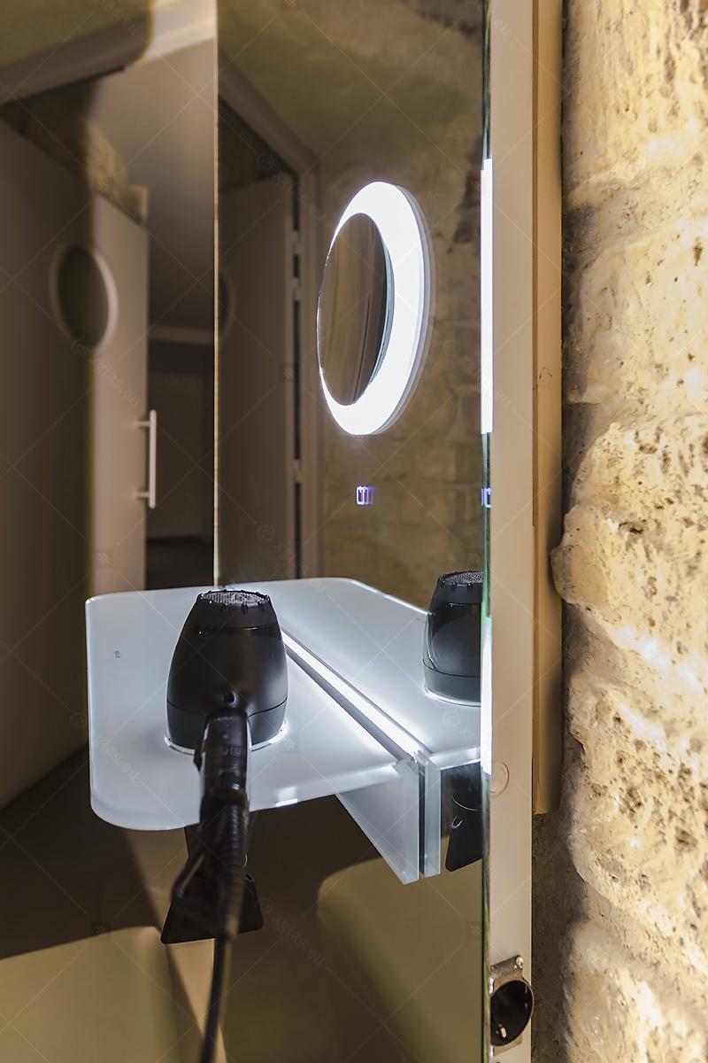 Oglindă cu poliță iluminată LED cu suport de uscător de păr 07