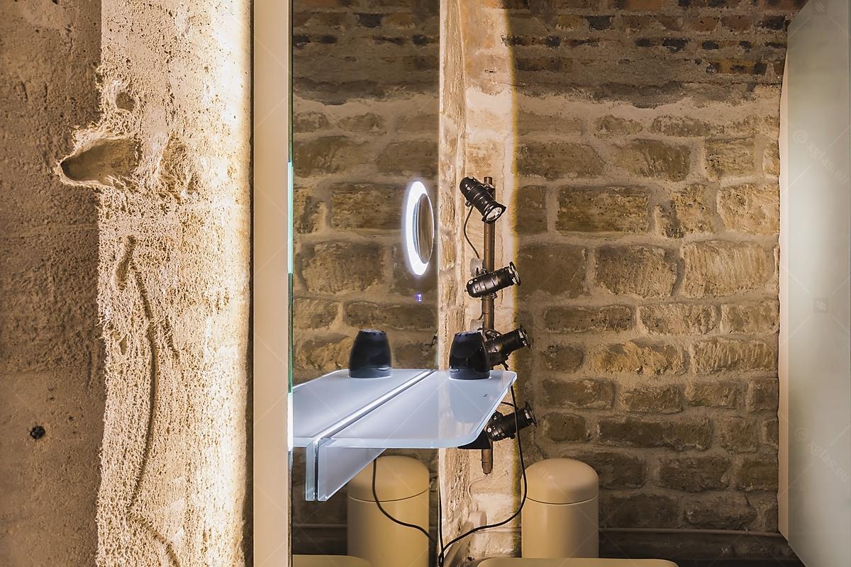 Oglindă cu poliță iluminată LED cu suport de uscător de păr 03