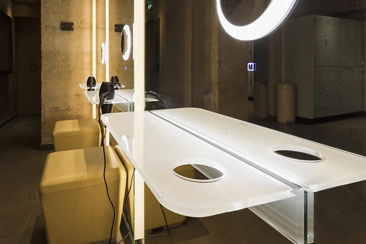 Oglindă cu poliță iluminată LED cu suport de uscător de păr 01