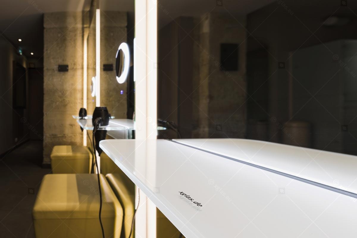 Oglindă cu poliță iluminată LED cu suport de uscător de păr 02