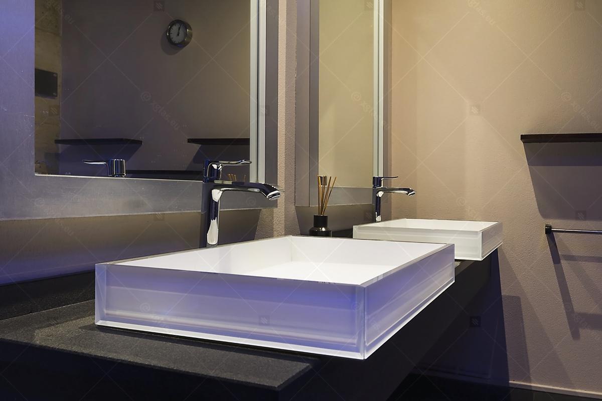 Lavoare din sticlă din EVOKERAM albe și oglinzi de perete LUsine detaliu lateral