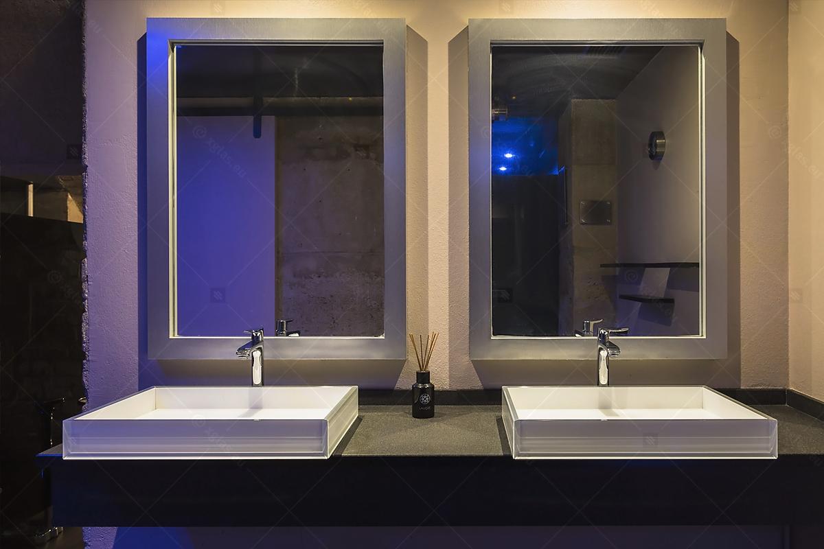 Lavoare din sticlă din EVOKERAM albe și oglinzi de perete